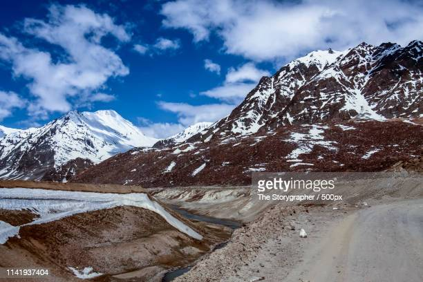 road through the himalayas - the storygrapher stock-fotos und bilder