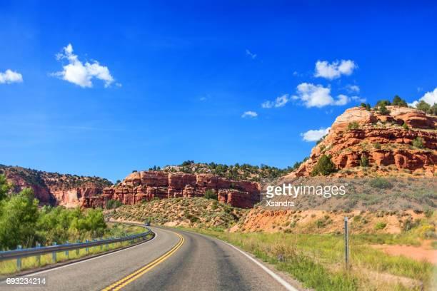 ユタ州、アメリカ合衆国の山を通る道路