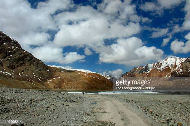 road through the mountains - the storygrapher stockfoto's en -beelden