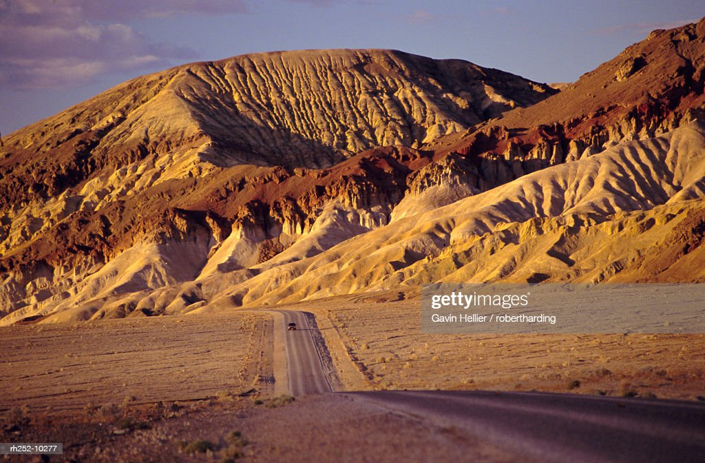Road through the national park, Death Valley National Park, California, USA, North America : Foto de stock