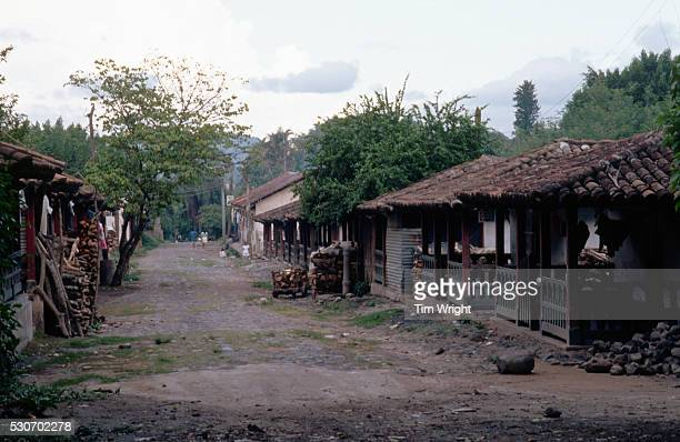 road through village of el jocotal - américa central fotografías e imágenes de stock