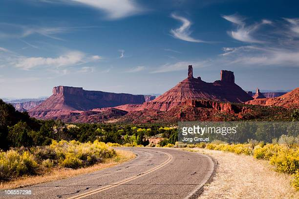 road to castle rock - castle rock colorado stock pictures, royalty-free photos & images