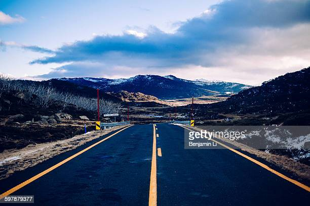 road to charlotte pass - snowcapped mountain stock pictures, royalty-free photos & images
