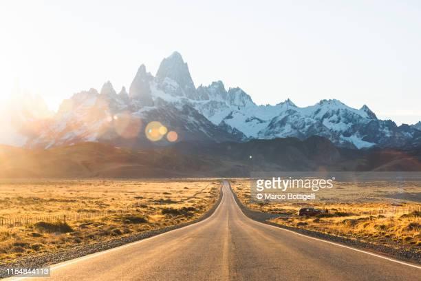 road to fitz roy, el chalten, patagonia argentina - coberto de neve imagens e fotografias de stock