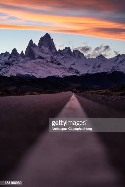 road to fitzroy - patagonische anden stock-fotos und bilder