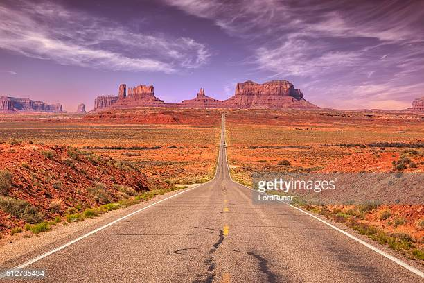 road to monument valley - verenigde staten stockfoto's en -beelden