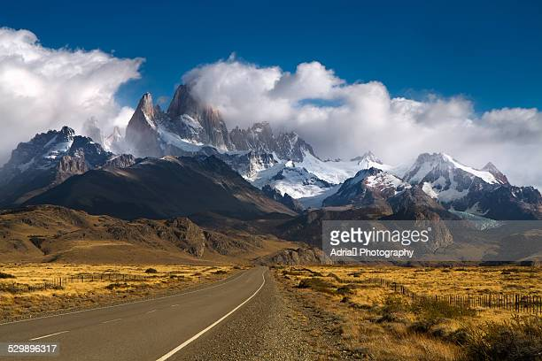 road to mount fitzroy, patagonia - argentine photos et images de collection