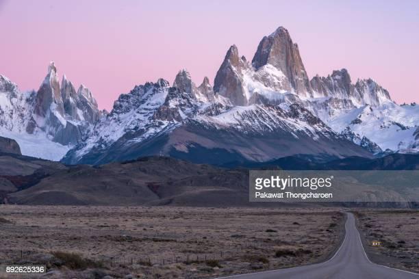 road to mt. fitz roy at sunrise, el chalten, argentina - patagonische anden stock-fotos und bilder