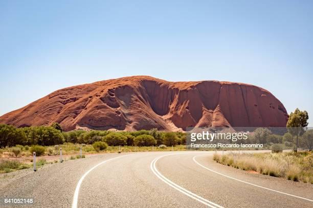road to uluru, red center. australia - francesco riccardo iacomino australia foto e immagini stock