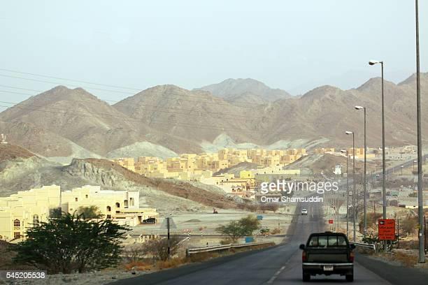 road toward jebel hafeet - アブダビ アルアイン市 ストックフォトと画像