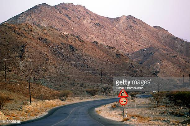 road toward jebel hafeet - omar shamsuddin stock pictures, royalty-free photos & images