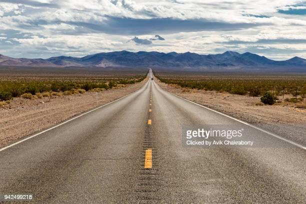 road towards high mountains of sierra nevada, usa - nevada photos et images de collection