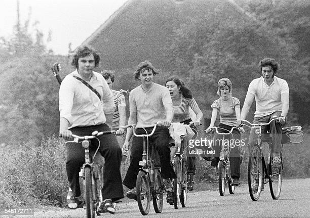 Road traffic, freetime, four young men and two young woman in leisure wear go on a bicycle trip, country road, aged 20 to 30 years -