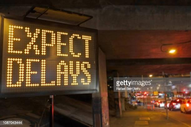 road traffic sign - expect delays - rafael ben ari - fotografias e filmes do acervo