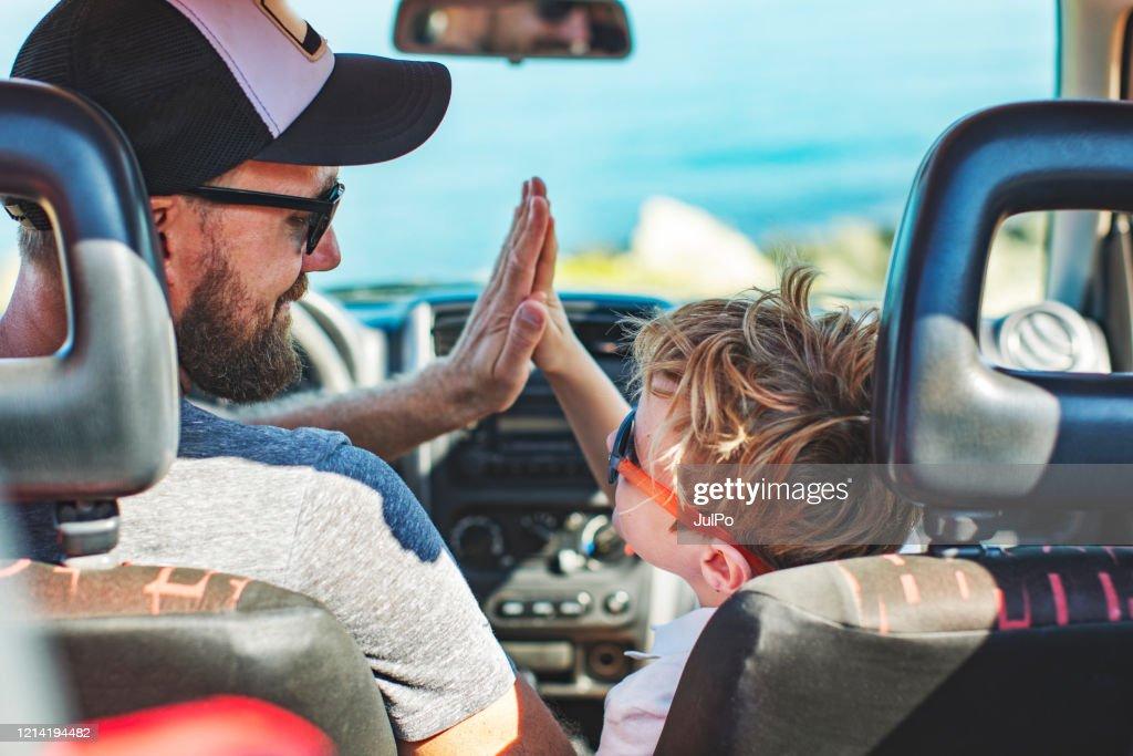 Roadtrip. Vader en zoon die samen met auto reizen : Stockfoto
