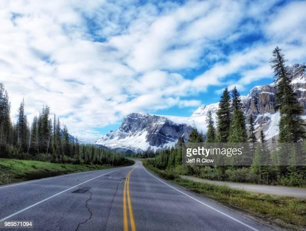 road trip in canada to the mountains - alles hinter sich lassen stock-fotos und bilder