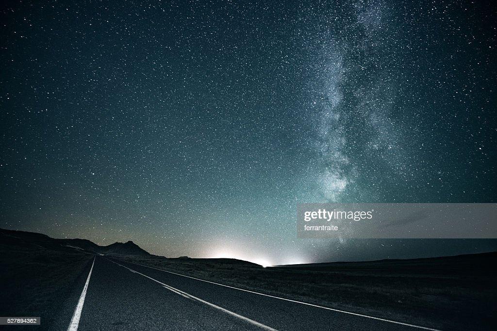 道路の旅 に銀河系 : ストックフォト