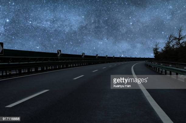 road trip under the milky way - vedação de corrimão imagens e fotografias de stock