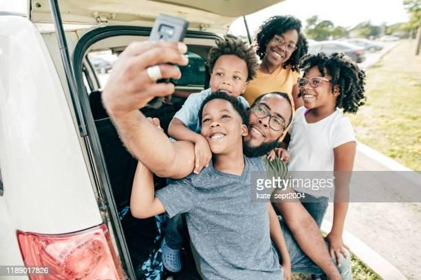 viaggio con la famiglia - viaggio in macchina foto e immagini stock