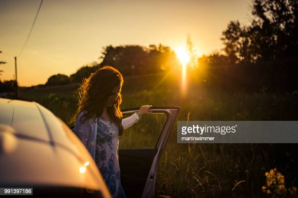Road Trip-Frauen in der Zeit des Sonnenuntergangs