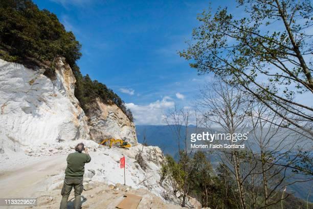 road under construction in trongsa, bhutan - trongsa district stockfoto's en -beelden