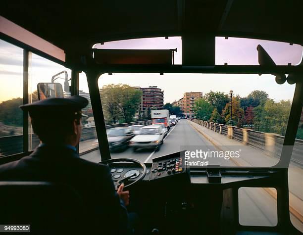 Vue sur la route pris dans le bus derrière le chauffeur du bus