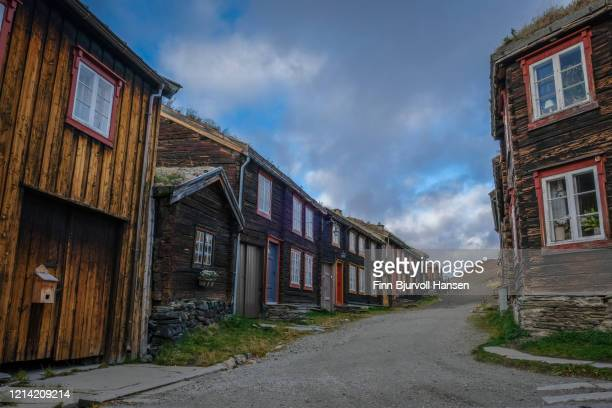 road with old traditional houses at røros norway - finn bjurvoll ストックフォトと画像