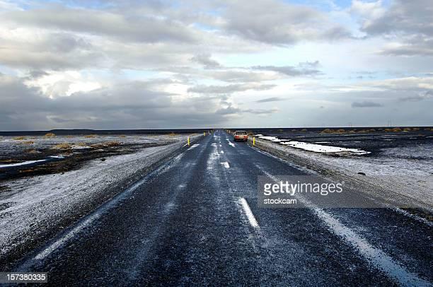 Straße mit Schnee am Horizont verschwindet, Island
