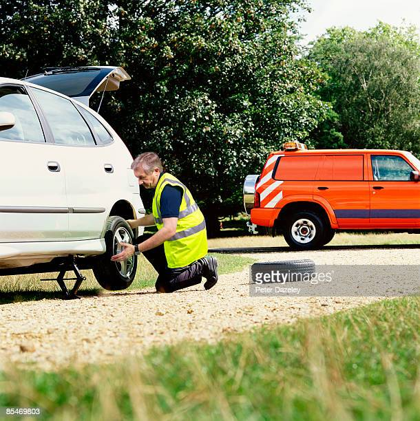 roadside assistance mechanic. - vehicle breakdown stock pictures, royalty-free photos & images