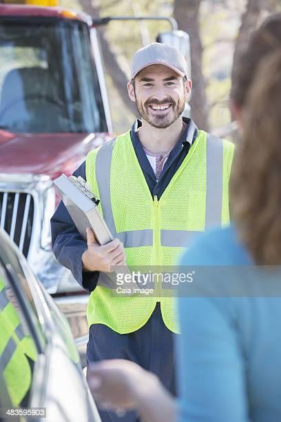 Straßenrand Mechaniker, die für Frau