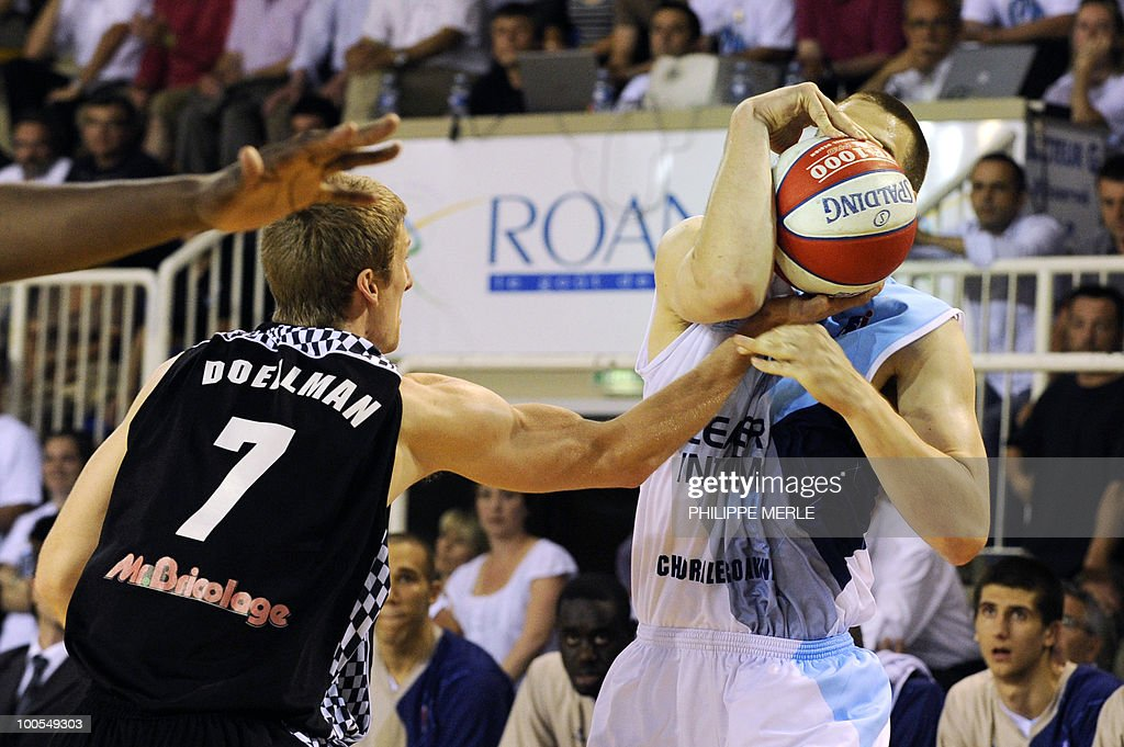 Roanne US forward Dylan Page (R) vies with Orleans French forward Justin Doelleman during the French ProA basketball play-off match Roanne vs. Orleans on May 25, 2010 in Roanne, eastern France.