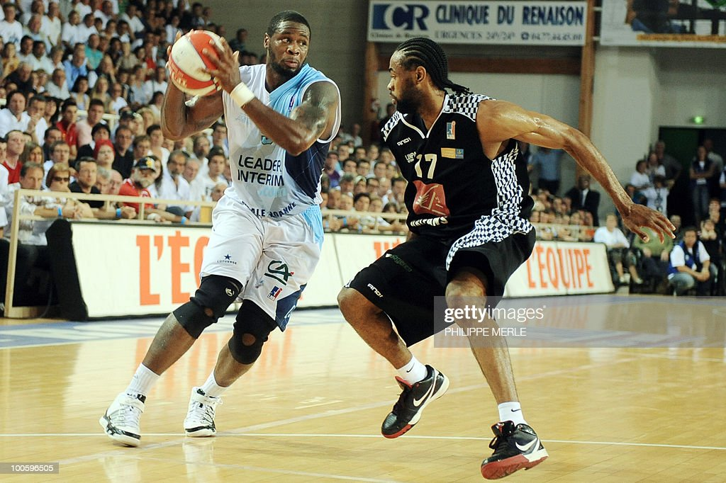 Roanne's US guard David Noel (L) vies with Orleans Italian guard Anthony Dobbins during the French ProA basketball play-off match Roanne vs. Orleans on May 25, 2010 in Roanne, eastern France.