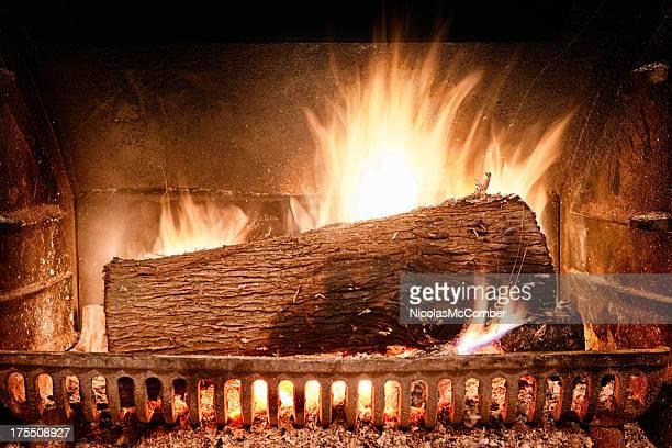 燃えさかる暖炉の火の鋳鉄炉 - すす ストックフォトと画像