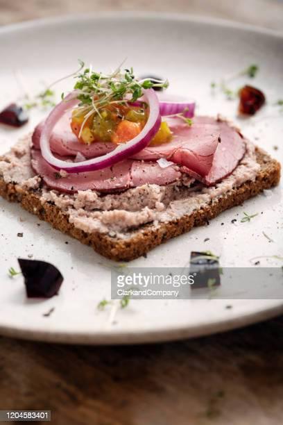 roast beef e paté smorrebrod sandwich - cultura danese foto e immagini stock