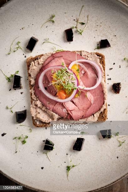 panino allo smorrebrod di roast beef - cultura danese foto e immagini stock