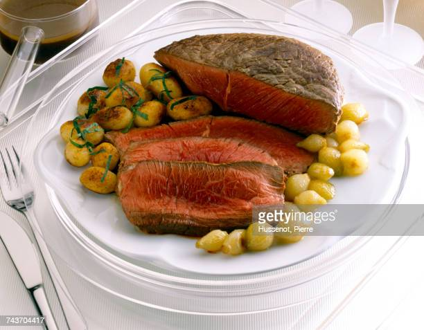 Roast beef with small potatoes and small caramelized onions