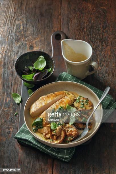 poitrine de poulet rôtie aux légumes - poulet viande blanche photos et images de collection