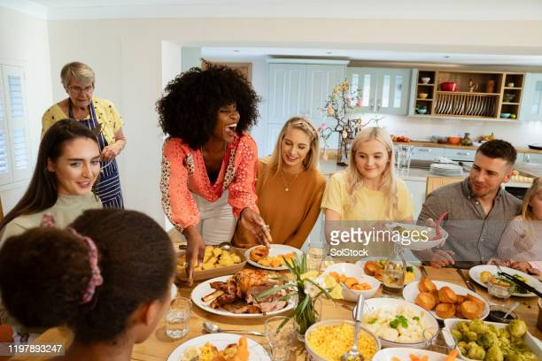 roast dinner with family - medium group of people stock pictures, royalty-free photos & images