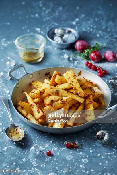 roast parsnips in skillet, christmas food - accompagnement photos et images de collection