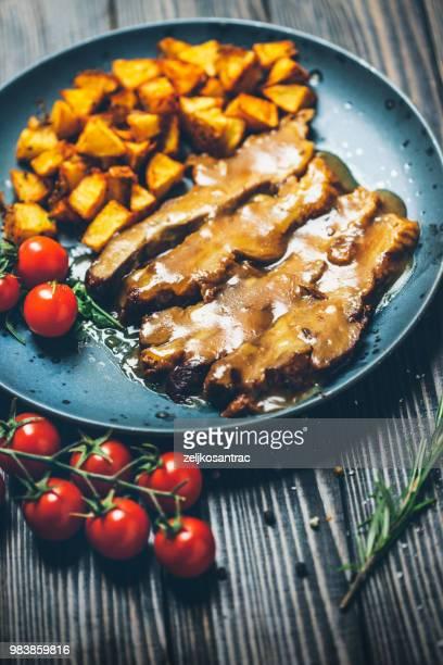 クリーミーなきのこソースとポテトのロースト ステーキ - ブラッスリー ストックフォトと画像