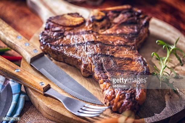 roasted bbq t-bone steak - bistecca alla fiorentina foto e immagini stock