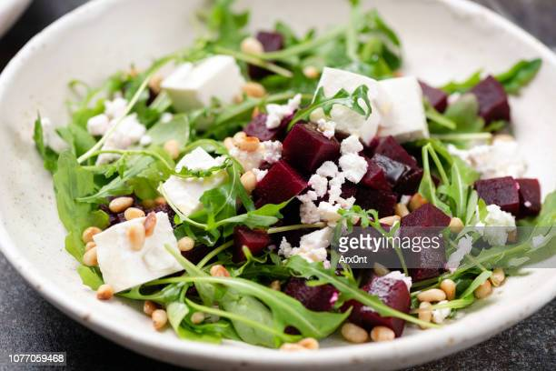 roasted beet and feta salad with arugula - salad photos et images de collection