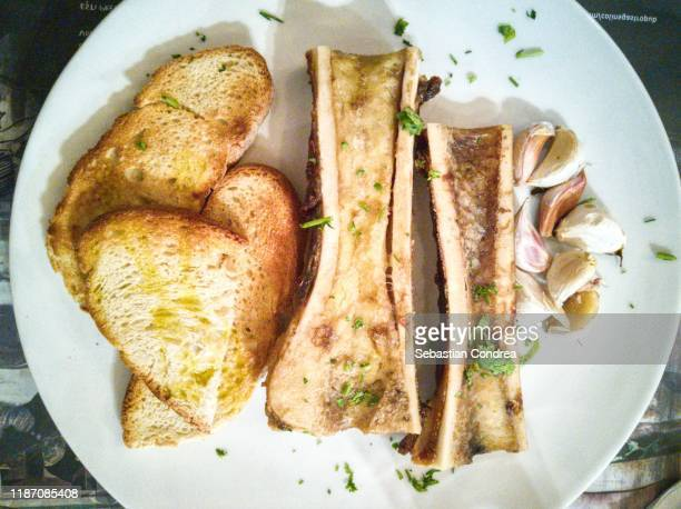 roasted bone marrow on food restaurant. - aperitivo plato de comida - fotografias e filmes do acervo