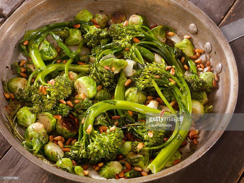 Pianta Cavolini Di Bruxelles arrosto broccolini e cavolini di bruxelles foto stock