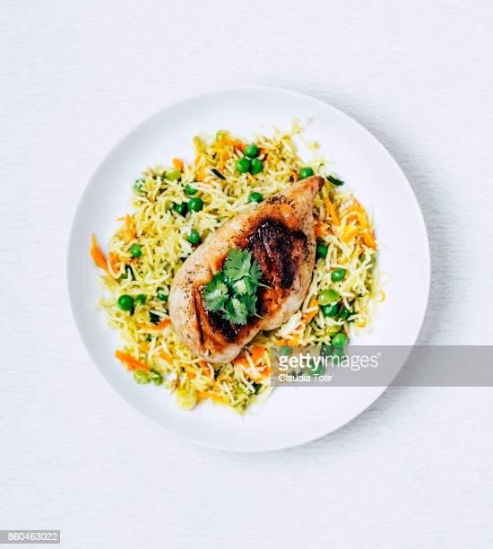 roasted chicken breast with rice - schaal serviesgoed stockfoto's en -beelden