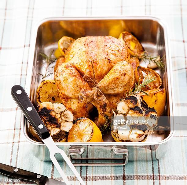 Dîner au poulet rôti au citron, pommes de terre, les carottes et de romarin
