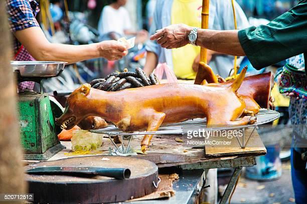 Gebratene Hund zum Verkauf an vietnamesischen Straßenmarkt