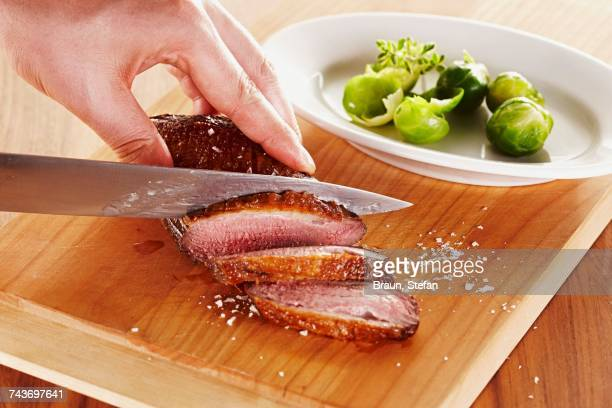 roasted duck breast being sliced - canard photos et images de collection