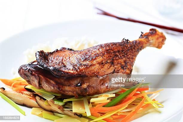 canard rôti avec légumes frits - canard photos et images de collection