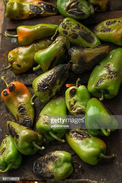 roasted green bell peppers - aliment grillé au charbon de bois photos et images de collection